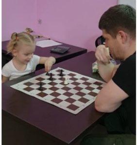 Не стоит сомневаться в пользе шахмат, особенно если ваши дети увлечены компьютерами. Игра отвлечёт их от виртуального мира, научив жить в реальном