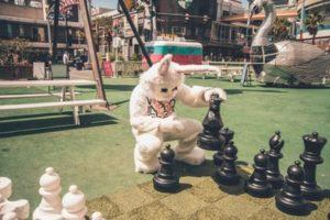 В любом приличном развлекательном парке есть место для игры в шахматы прямо на земле.