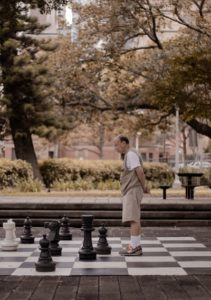 Для игры в шахматы нужно просто освоить несложные правила и затем внимательно следить за доской и маневрами фигур соперника.