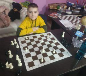 Тренировка мозга начинается с первого занятия в шахматном кружке. Ребенок может не стать чемпионом. но он точно однажды превзойдет своих сверстников по уровню IQ