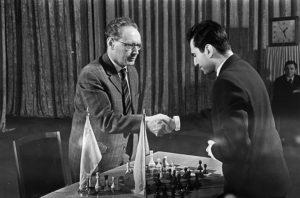 Чемпион мира Ботвинник пожимает руку следующему королю