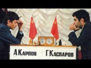 Шахматный король играет против соперника, чтобы окончательно проиграть свою корону