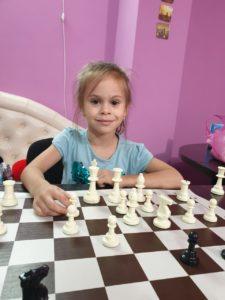 Обучение детей шахматам с нуля в нашей школе (Сочи) производится с 4-х лет. Опытный тренер привьет интерес, навыки игры и поддержит развитие кругозора, памяти и внимания.